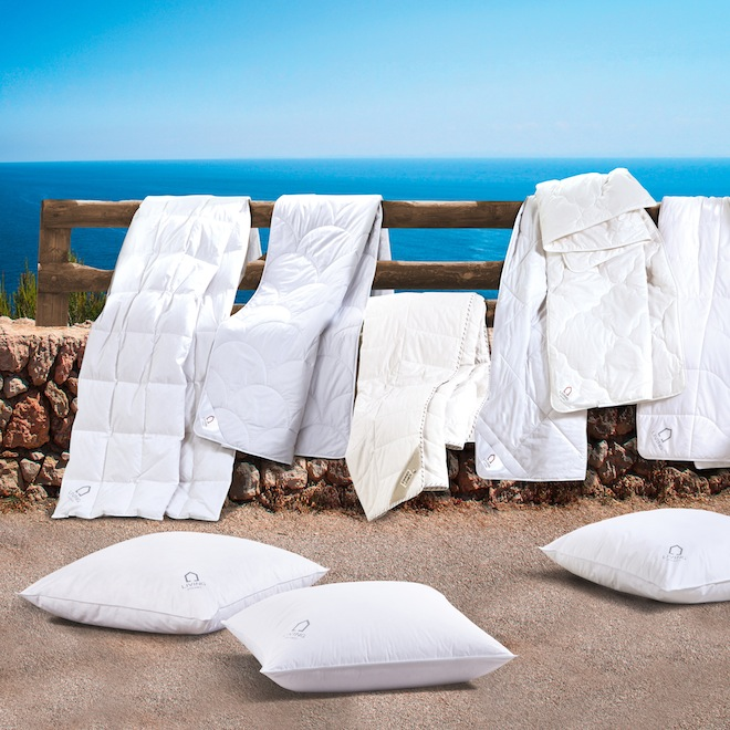 Steinmauer mit Blick aufs Meer
